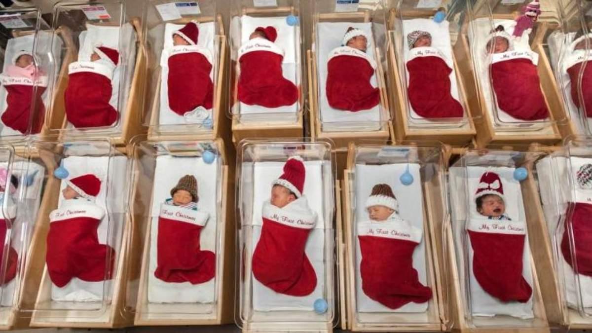 В США больница отдает новорожденных детей в рождественских чулках