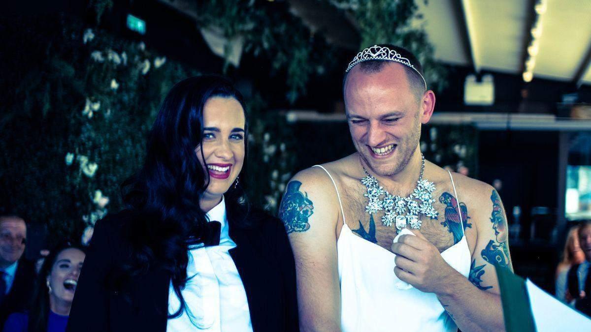 Наречений одягнув до вівтаря весільну сукню, наречена – костюм