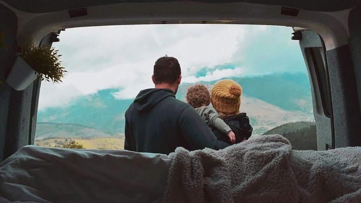 Супруги превратили фургон в дом на колесах ради путешествий с малышом: захватывающие фото