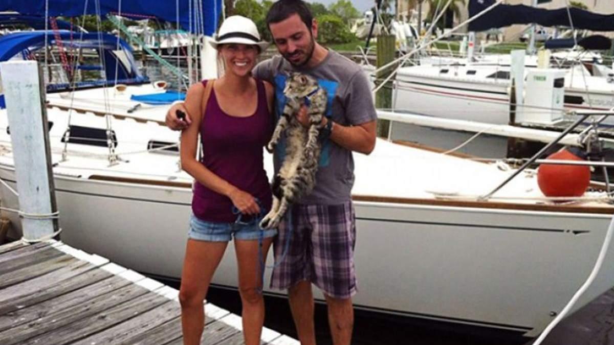 Пара покинула роботу, продала всі речі і почала подорожувати на яхті по світу з котом