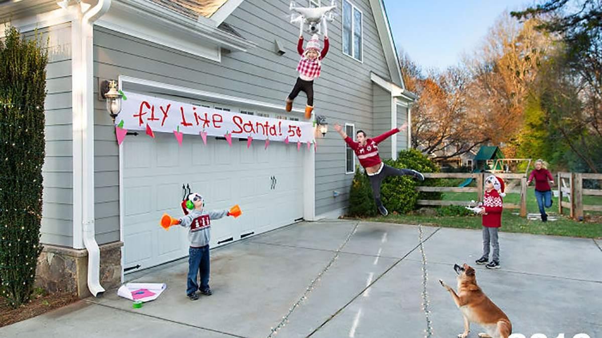 Сім'я робить божевільні фото для різдвяних листівок