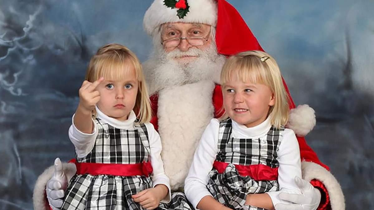 Детский ужас и радость взрослых: забавные фото людей с Сантой