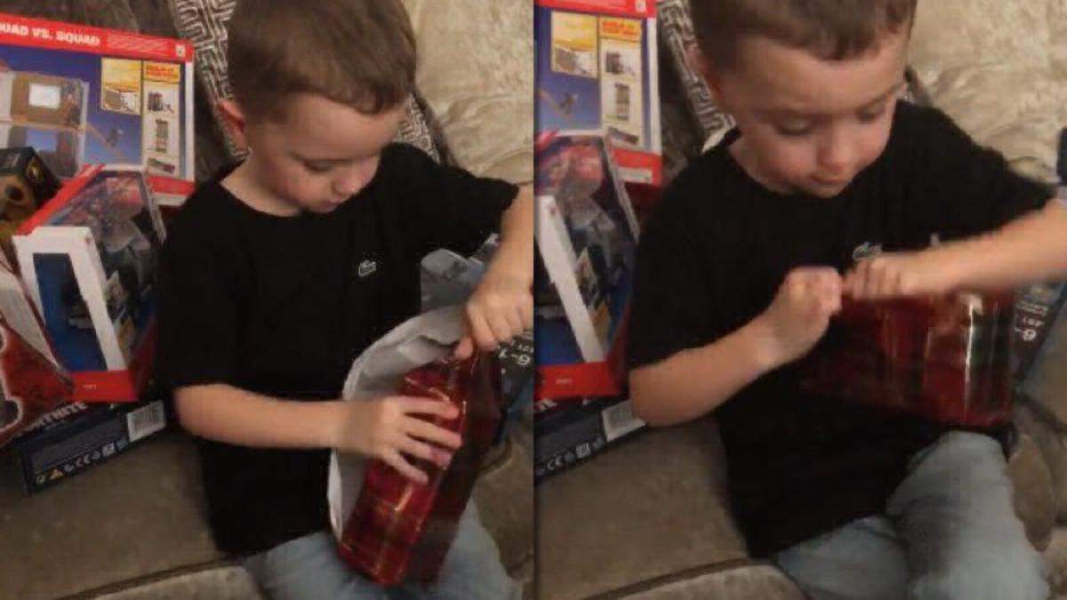 Мальчику подарили айфон на Рождество