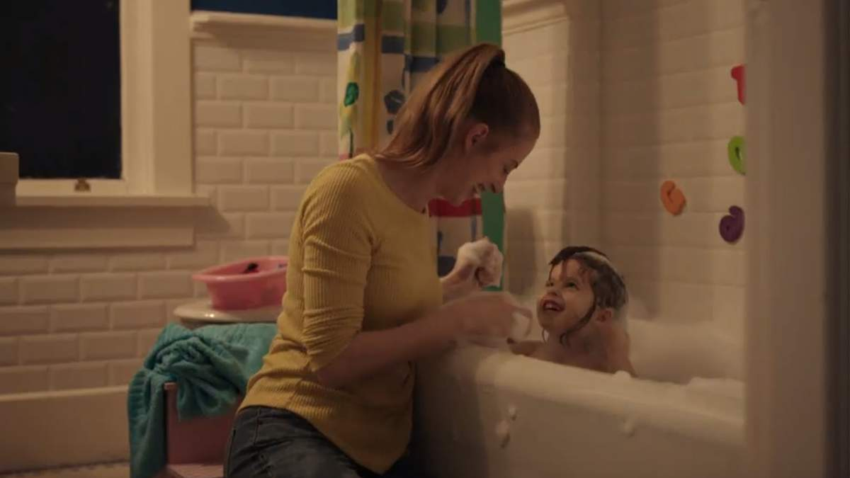 Мамина любов буде завжди: у мережі стало вірусним зворушливе відео про материнство