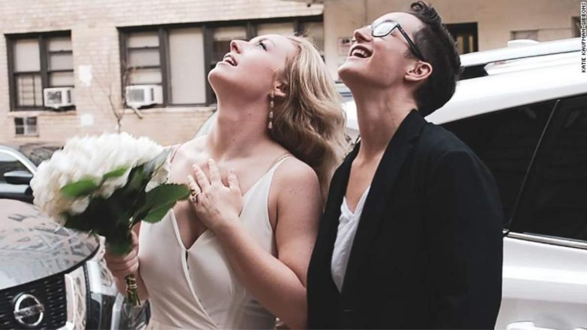 Любов під час коронавірусу: ЛГБТ-пара із США влаштувала весільну церемонію через вікно – відео