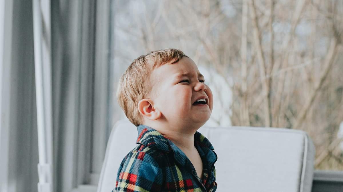 Чому старші діти поводяться як маленькі через пандемію COVID-19: пояснення та поради батькам
