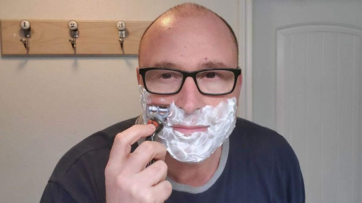 Чоловік показує, як правильно голитися