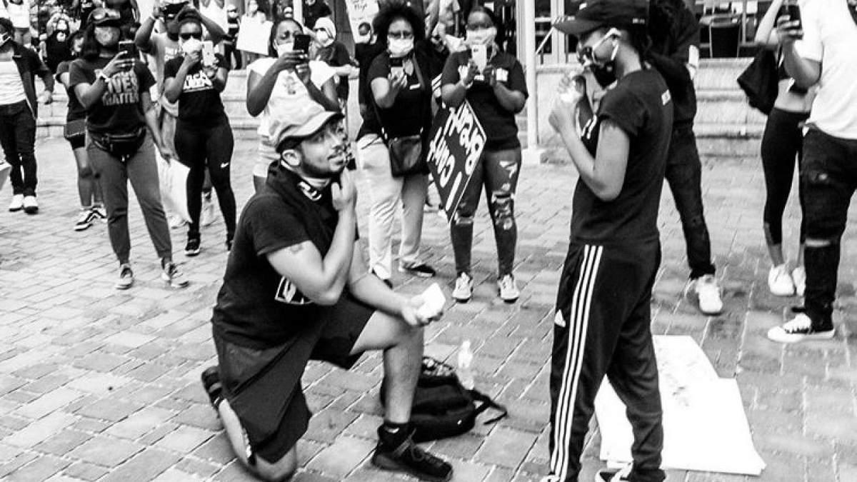 Парень сделал предложение любимой во время протеста в США