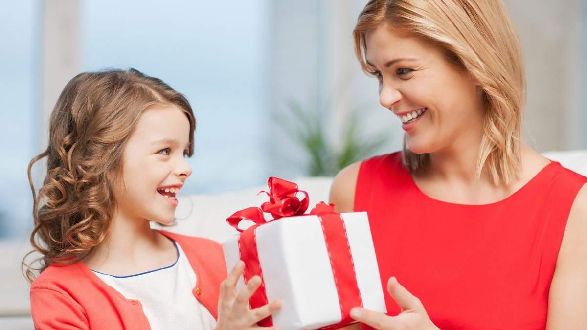 Как правильно дарить ребенку подарки, чтобы не избаловать его