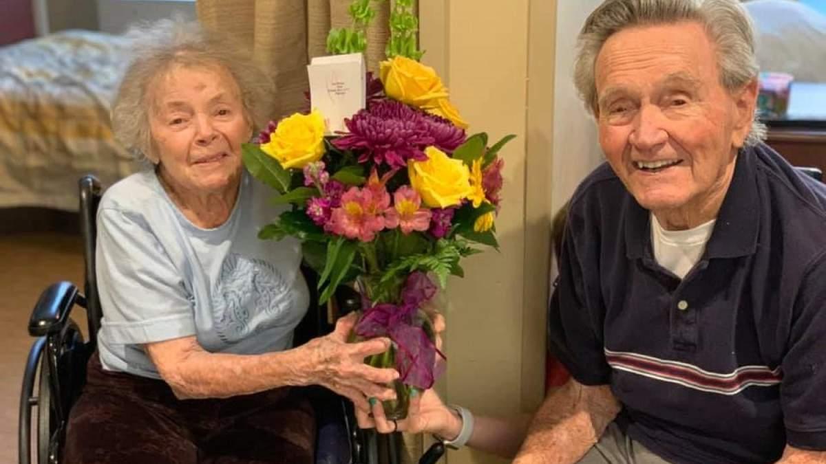 Пожилые супруги встретилось после выздоровления от COVID-19