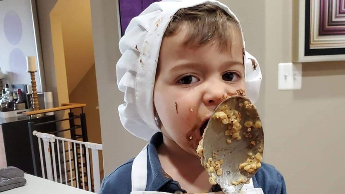 2-летний мальчик помогал бабушке на кухне и размешил сеть своим поведением: курьезное видео