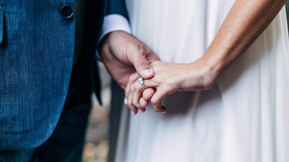 Женщины берут фамилию мужа после свадьбы: причины