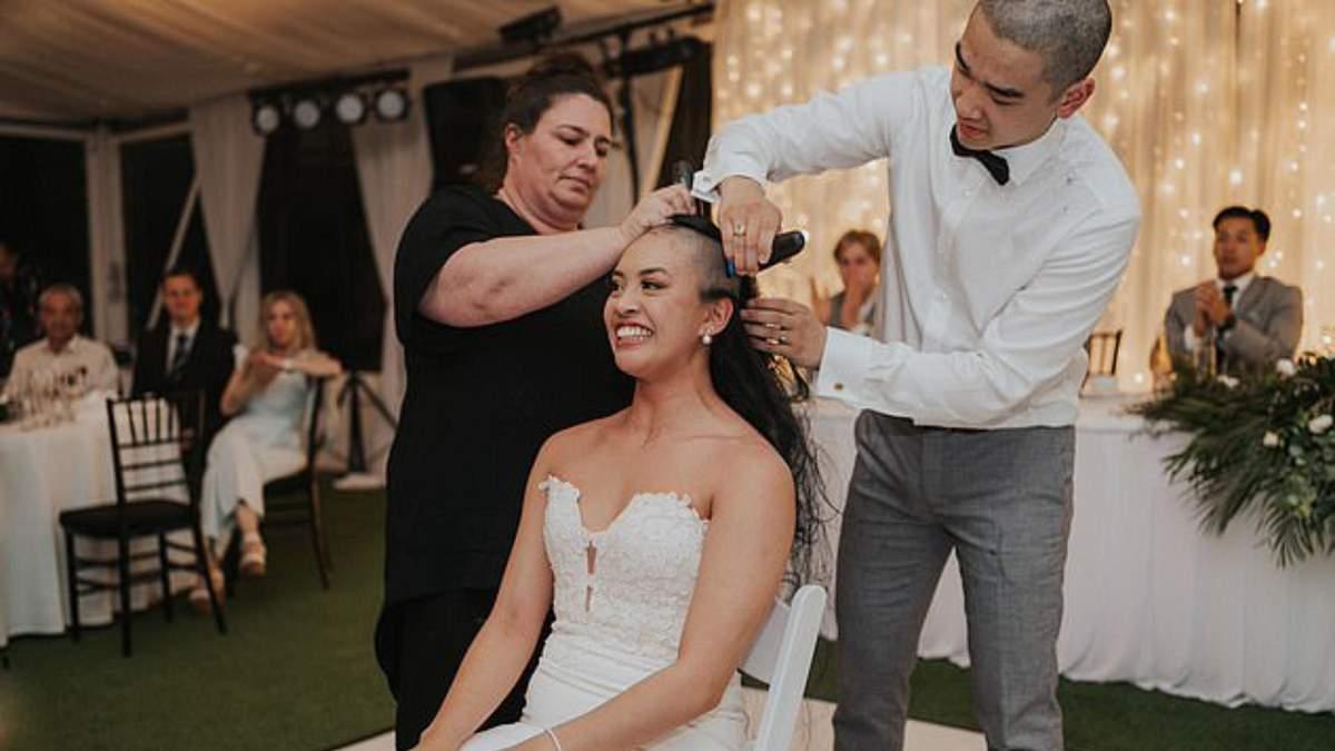 На свадьбе жених перед гостями побрил голову невесты: какая причина