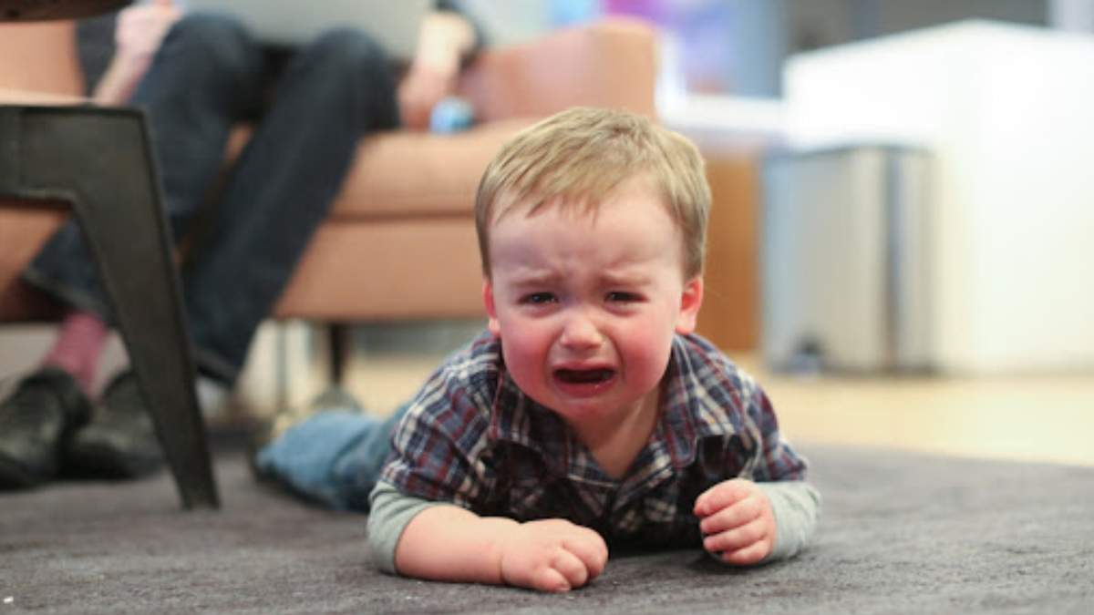 Детская истерика в людном месте: как реагировать и что делать родителям