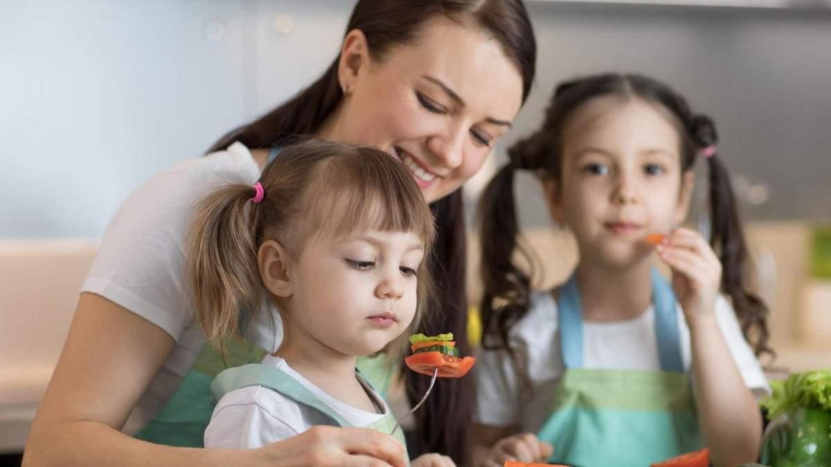 Что нельзя говорить ребенку во время еды: 8 фраз, которые навредят
