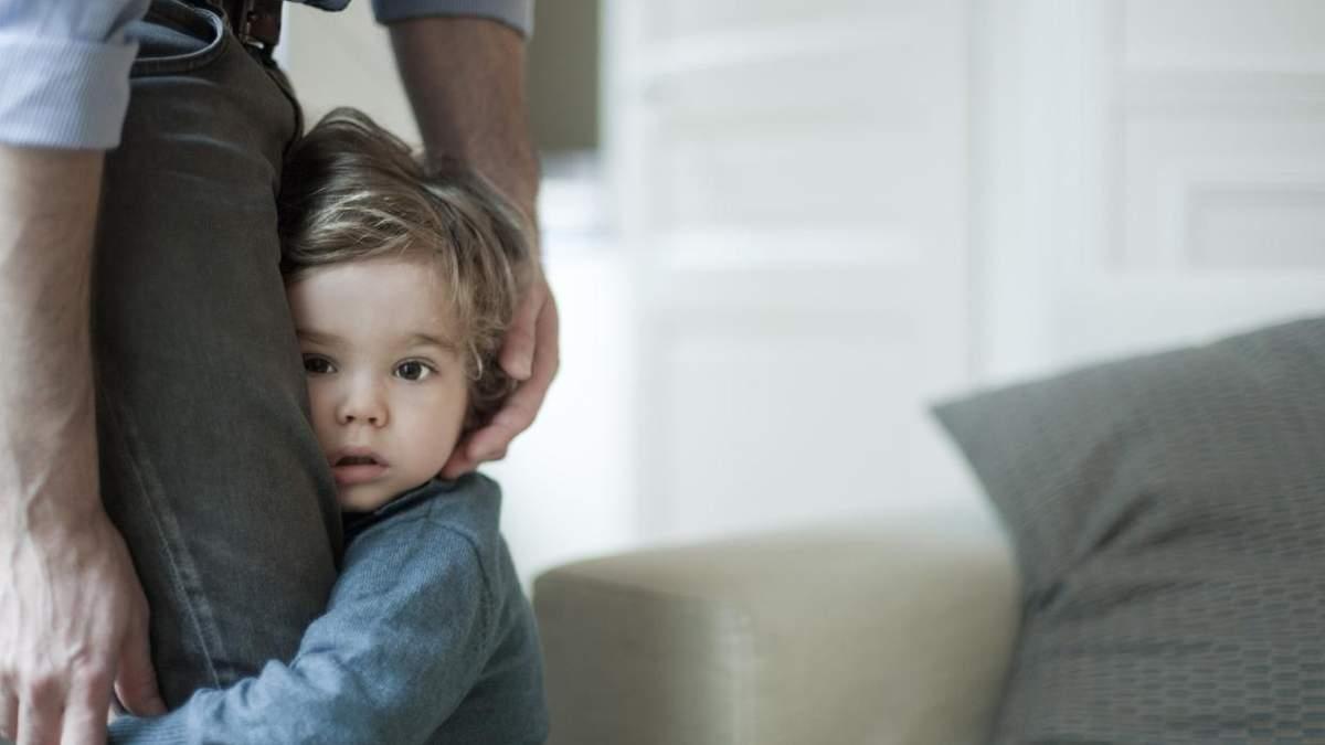 Сором'язлива дитина: як допомогти малюку подолати замкнутість