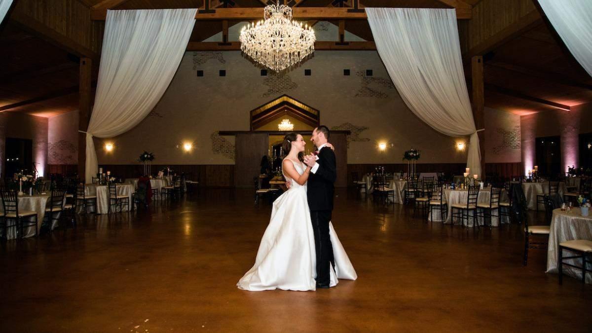 Невеста упала во время свадебного танца: какая была неожиданная реакция жениха – видео