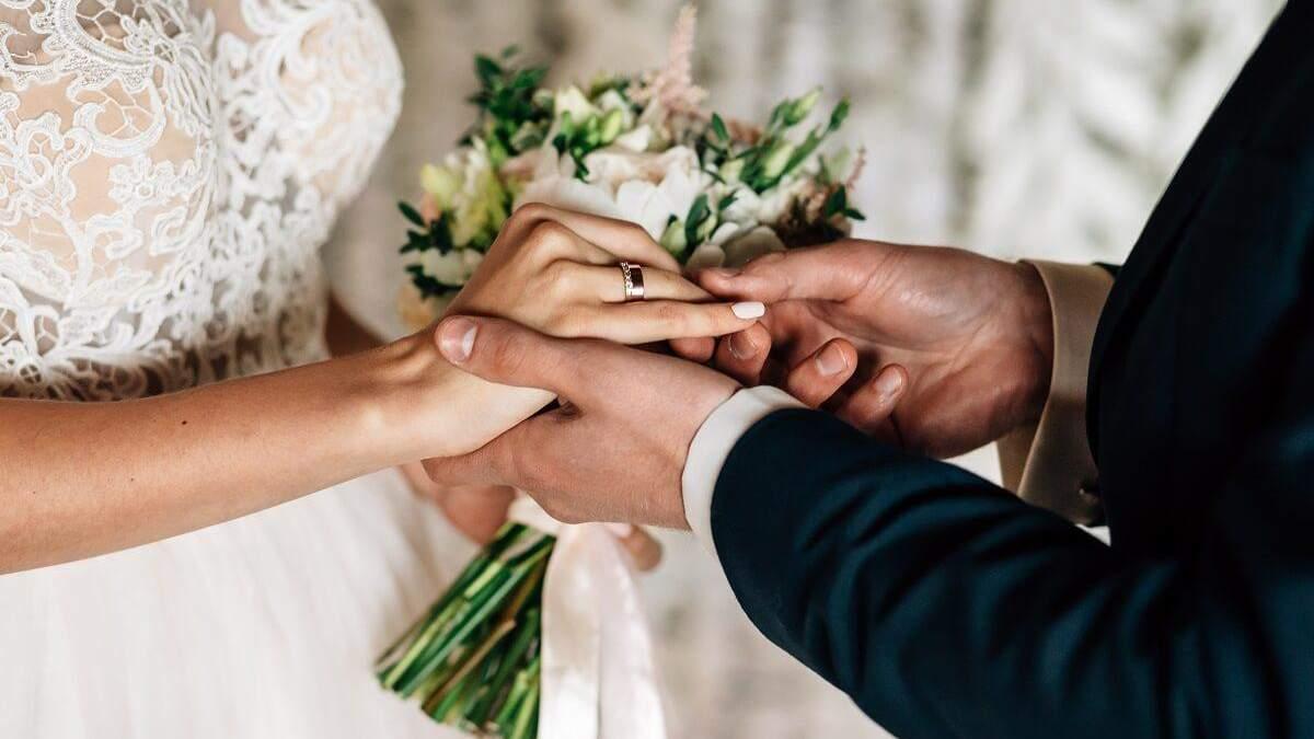 Официантка испортила платье маме жениха и имела благодарность невесты
