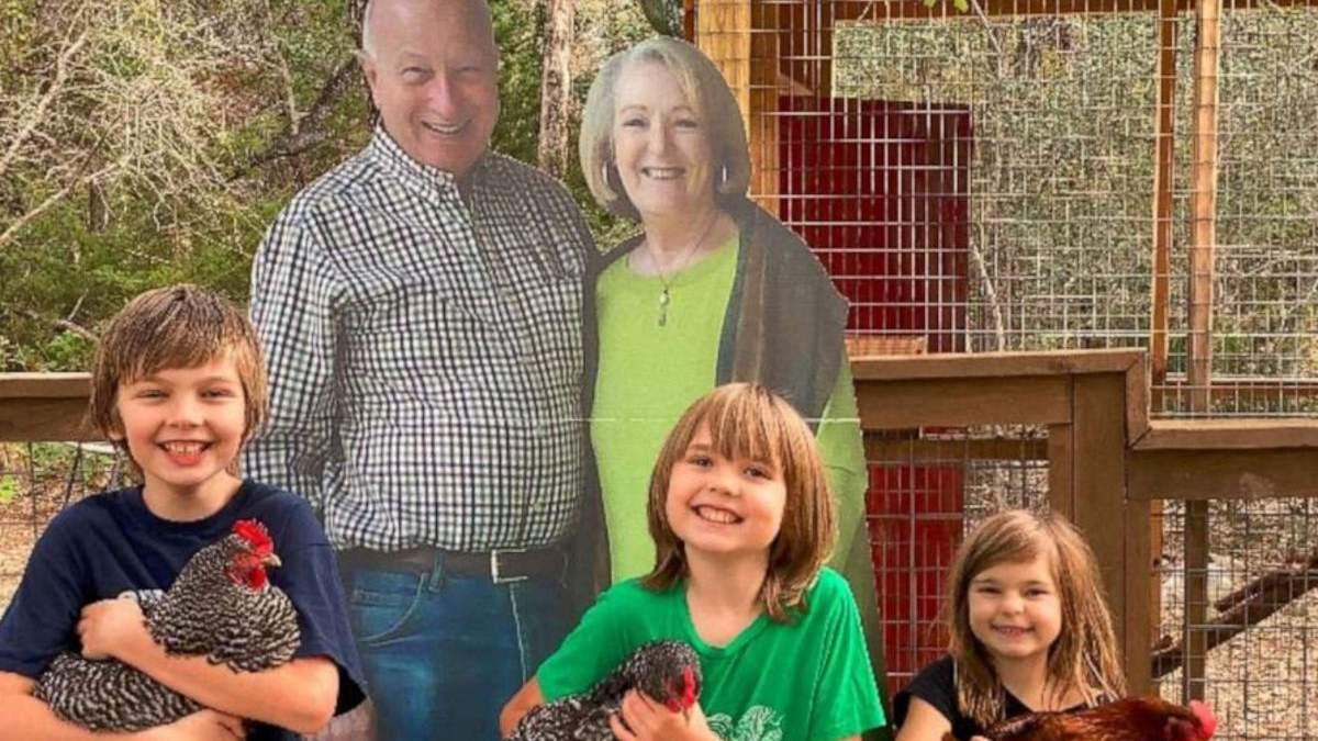 Бабушка с дедушкой прислали родным картонные фигуры себя в полный рост
