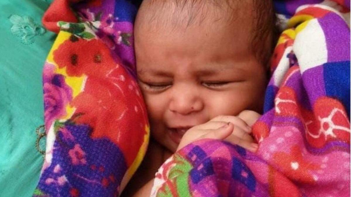 В Индии мужчина спас младенца, плывшего по реке в деревянной коробке