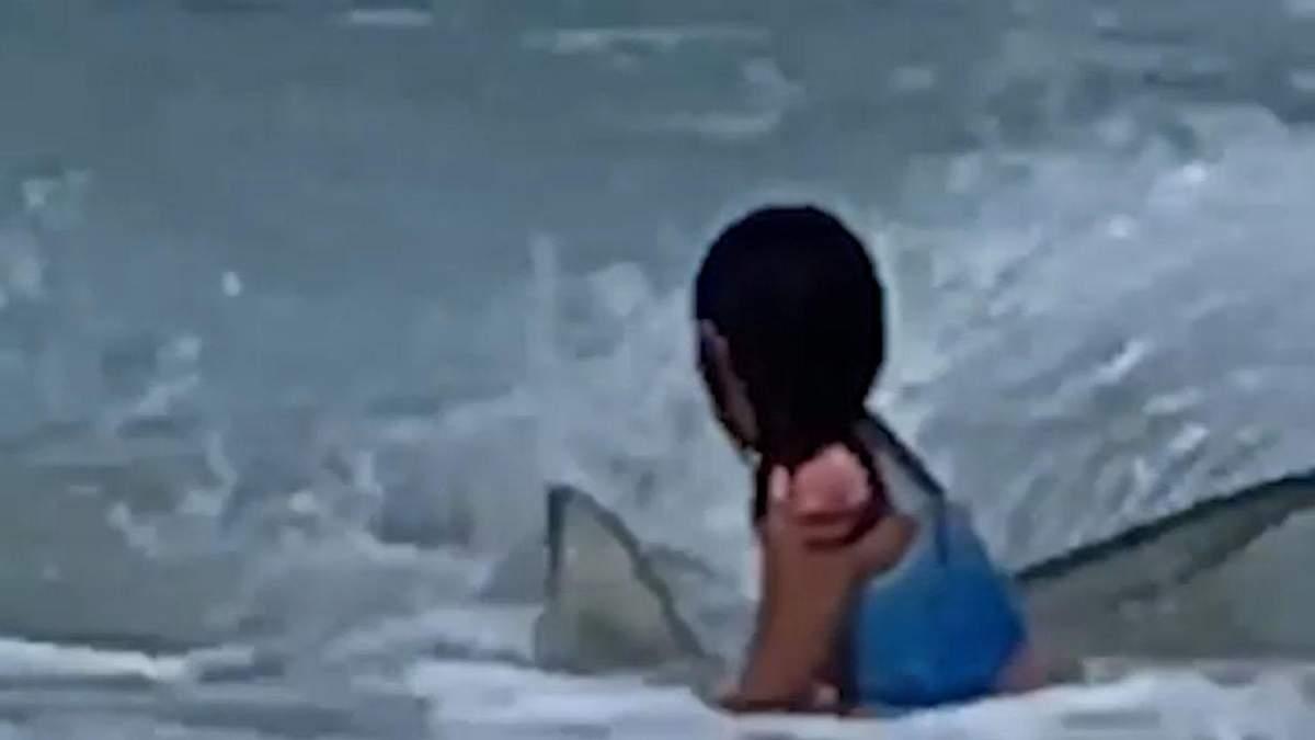 Встреча 6-летней девочки с акулой: какое видео случайно сняла мама