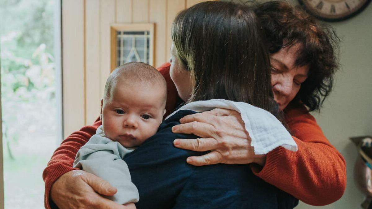 Первая встреча малышей с большой семьей - фото