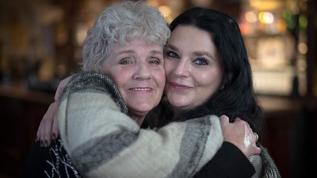Впервые за 50 лет мама с дочкой смогли встретиться: трогательное видео