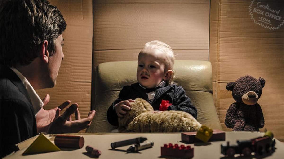 Родители с малышом воспроизводят известные киноленты благодаря картону