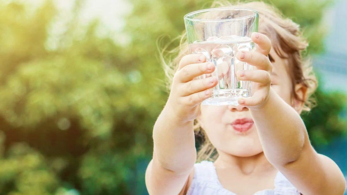 Скільки рідини дитина має пити у спеку: які напої не можна давати
