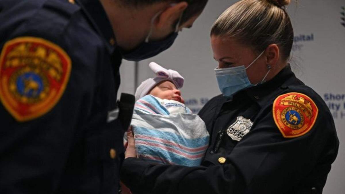 Мать дала дочери имена полицейских, которые ее спасли: что сделали