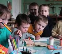 Скандал у Росії: вихованців дитбудинку примушували співати пісні до Дня матері