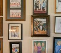 Девушка 12 дней заменяла семейные фото на собственные рисунки: какая реакция родителей