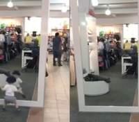 Малыш впервые увидел свое отражение в зеркале: курьезное видео