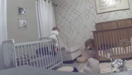 Братья пытались сбежать из своих детских кроваток: курьезное видео