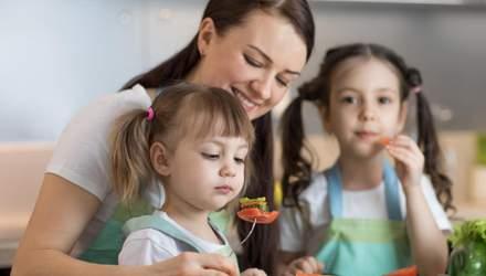 Що не можна говорити дитині під час їжі: 8 фраз, які зашкодять малюку