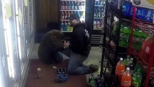 Чоловік зробив пропозицію дівчині, інсценувавши пограбування: шокуюче відео