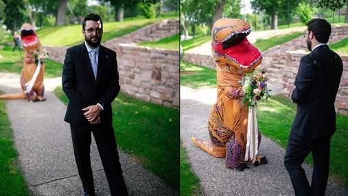 Невеста надела на свадьбу костюм тираннозавра вместо изысканного платья: забавные фото и видео