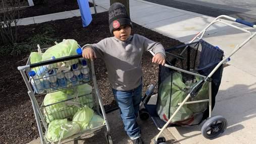 Любов більша за COVID-19: 7-річний хлопчик за власні гроші купує продукти дітям та літнім людям