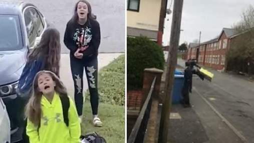 Батьки пожартували, сказавши дітям, що карантин закінчився: кумедна реакція малечі у відео
