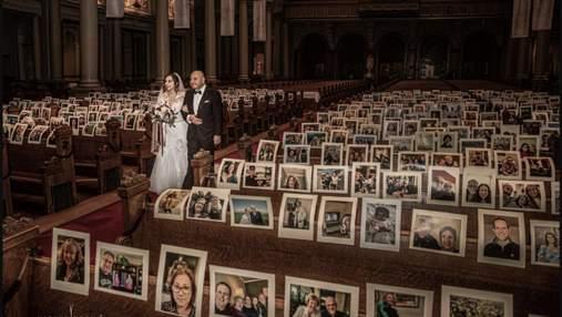 Пара во время карантина поженилась в пустой церкви: вместо гостей были портреты – фото