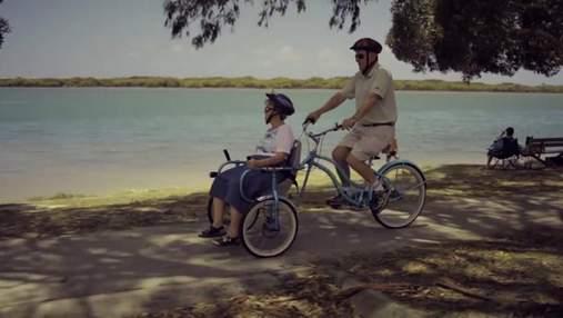 Чоловік розробив велосипед для хворої дружини, щоб разом їздити на велопрогулянки: мила історія
