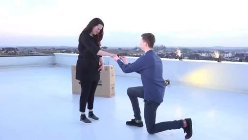 Признание в прямом эфире: журналист сделал предложение девушке во время выпуска новостей – видео