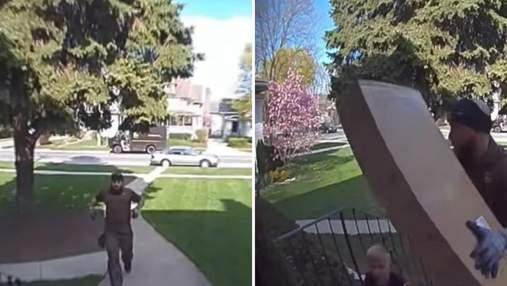 Как курьер спас 4-летнего мальчика, которого прижала тяжелая коробка: видео