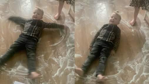 """""""Снігові янголи"""" із солі та цукру: як 3-річні близнюки допомогли мамі з прибиранням – відео"""