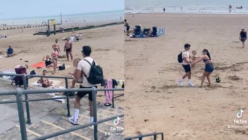 Мама загубила малюка на пляжі: чому хлопцям, які знайшли дитину, не сподобалася реакція жінки