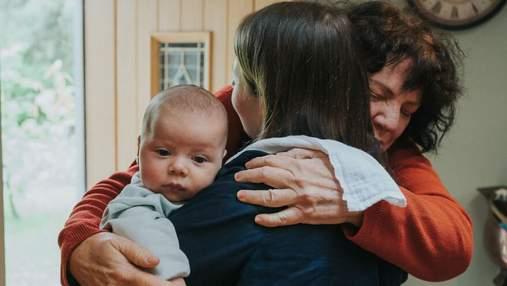 Не виделись из-за пандемии: трогательная первая встреча малышей с большой семьей – фото