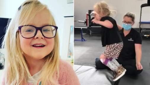 Втратила сестру-близнючку та не мала ходити: мама показала відео з першим стрибком доньки