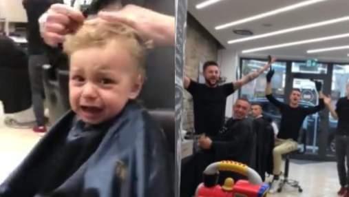 Працівники барбершопу заспівали для малюка, щоб заспокоїти його під час стрижки: курйозне відео
