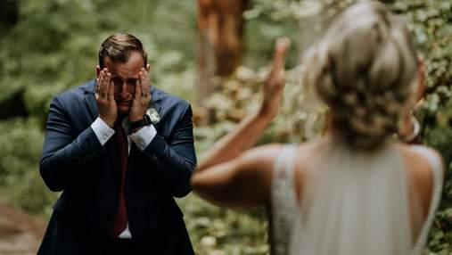 Непідробні емоції: зворушливі фото, коли наречений вперше побачив кохану у весільному образі