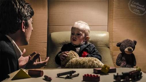 Батьки з малюком відтворюють відомі кінострічки завдяки картонним коробкам: фото